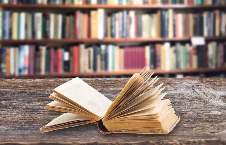 Bogreol og gammel bog
