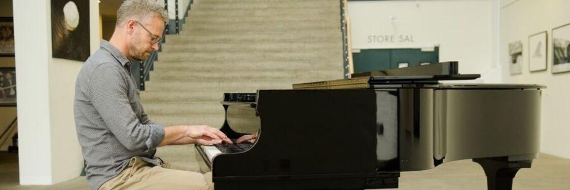 Bibliotekschef og jazzpianist Jens-Ole Winther spiller for til sange vi kan synge med på